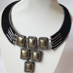 Collier brodé chic graphic